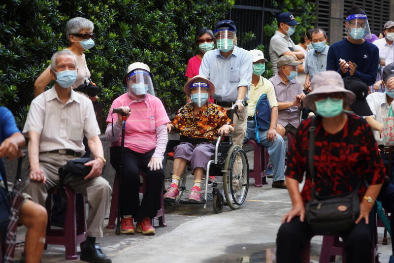 台北老人打疫苗首日状况百出